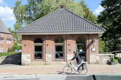 Ehemaliges Trafohaus an der Alsterdorfer Dammbrücke in Hamburg Alsterdorf -  das Gebäude wurde von dem Hamburger Oberbaudirektor Fritz Schumacher entworfen und steht unter Denkmalschutz; jetzige Nutzung als Restaurant.
