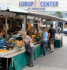 Wochenmarkt auf dem Eckhoffplatz im Hamburger Stadtteil Lurup - im Hintergrund das Lurup Center.