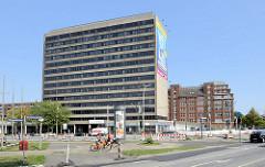 Bürohochhaus - teilweise leerstehend, obere Stockwerke als Hotel genutzt - im Hintergrund ein historisches Kontorhaus am Mittelkanal in Hamburg Hammerbrook.