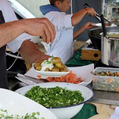 Kartoffelfest / Kartoffelmarkt auf dem Gut Wulksfelde in Tangstedt / Duvenstedt; die Gutsküche serviert an einem Stand Pellkartoffeln mit Quark und Lachs.