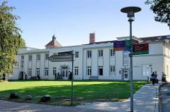Gebäude der Alsterdorfer Anstalten am Hamburge Alsterdorfer Markt - Pfleglinsheim Fichtenheim, errichet um 1900 - das Gebäude steht unter Denkmalschutz.
