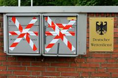 Schild mit mit deutschem Wappen-Adler, Briefkasten vom Deutschen Wetterdienst im Frahmredder, Stadtteil Hamburg Sasel.
