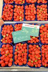 Frische Erdbeeren aus dem alten Land auf dem Wochenmarkt Grundstraße in Hamburg Eimsbüttel.