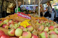 Marktstand mit Obst / Obststand auf dem Wochenmarkt in Hamburg Eidelstedt - Elbgaustraße; im Vordergrund frisch geernteten Äpfel aus dem Alten Land / Elstar.