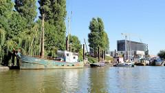 Ein ehem. Fischkutter von Altenwerder und andere Arbeitsboote im Grevenhofkanal in Hamburg Steinwerder.