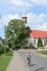 Blick auf die Dorfkirche von Ziegenort /  Trzebież; barocken Kirchenbau aus 18. Jahrhundert.