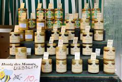 Marktstand mit verschiedenen Honigsorten auf dem Wochenmarktgrundstraße in Hamburg Eimsbüttel.