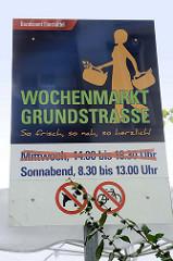 Informationsschild für den Wochenmarkt Grundstraße in Hamburg Eimsbüttel; dieser Markt findet jeweils Sonnabends statt.