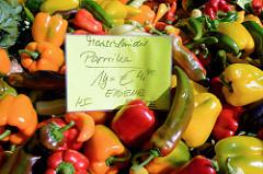 Gemüsestand mit Marschländer Paprika auf dem Wochenmarkt am Alsterdorfer Marktplatz.