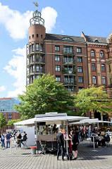 Wochenmarkt auf dem Gelände vom Altonaer Fischmarkt im Hamburger Stadtteil Altona Altstadt; Marktstände.