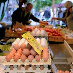 Marktstand mit frischen Eiern und Gemüse auf dem Wochenmarkt in Hamburg Sasel.
