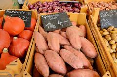 Marktstand mit Süßkartoffeln / Batate und Kürbissen auf dem Wochenmarkt Straßburger Platz in der Dulsberg.
