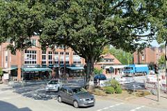 Friedenseiche auf einer Verkehrsinsel am Marktplatz von Hamburg Wellingsbüttel; die Eiche wurde 1871 gepflanzt.