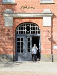 Eingang mit Schriftzug - Bahnhofsgebäude, Haltestelle Hamburg Ohlstedt - errichtet 1925, Architekt  Eugen Göbel.