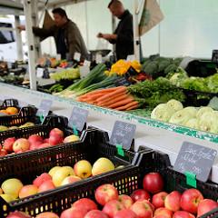 Marktstand mit Obst und Gemüse auf dem Wochenmarkt an der Borsteler Chaussee im Hamburger Stadtteil Groß Borstel.