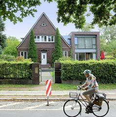 Einzelhaus mit Satteldach - Klinkerfassade, moderner kubischer Anbau im Brunskrogweg im Hamburger Stadtteil Wohldorf-Ohlstedt.