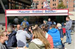 Verpflegung  auf dem Hamburger Elbfest in der Hafencity - Imbissstand mit Husumer Krabbenbrötchen.