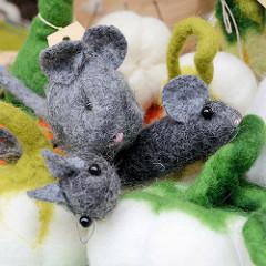 Aussteller mit Kunsthandwerk auf dem Kartoffelmarkt vom Gut Wulksfelde; Filzarbeiten / Mäuse.