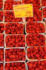 Marktstand auf dem Lokstedter Wochenmarkt in der Grelckstraße; frische deutsche Himbeeren werden in der Pappschale angeboten. Übersicht von den Wochenmärkten in den Hamburger Stadtteilen.