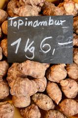 Marktstand auf dem Wochenmarkt Straßburger Platz in Hamburg Dulsberg, Topinambur im Angebot.