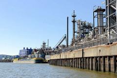 Kaianlage und Industrieanlage am Grenzkanal / Steinwerder Hafen in Hamburg Steinwerder - ein Binnenschiff / Tankschiff liegt an einem Löschplatz.