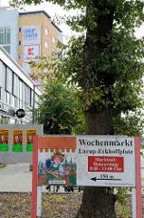 Hinweisschild  für den Wochenmarkt Hamburg Lurup  - Eckhoffplatz.