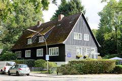 Doppelhaus  der denkmalgeschützten Norwegersiedlung an der Sthamerstraße im Hamburger Stadtteil Wohldorf-Ohlstedt; die Gebäude wurden in Blockhausbauweise aus norwegischen Montageteilen 1943/44 als Behelfsheime für hohe NSDAP-Funktionäre errichtet.