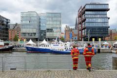 Blick über den Sandtorhafen zum Traditionsschiffhafen in der Hamburger Hafencity; das Elbfest  mit den historischen Traditionsschiffen findet im September statt. Hinter den modernen Neubauten sind die denkmalgeschützten Lagergebäude der Speicherstadt