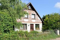 Wohnhaus mit appliziertem Fachwerk im Heimatstil - Einzelhaus im Hamburger Stadtteil Wohldorf-Ohlstedt.