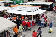 Blick auf den Wochenmarkt am Marktplatz von Hamburg Langenhorn.
