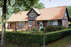 Historisches Stallgebäude, Fachwerkhaus in der Herrenhausallee in Hamburg Wohldorf-Ohlstedt; erbaut um 1835.