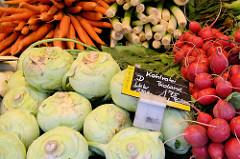 Wochenmarkt auf dem Marktplatz von Hamburg Langenhorn,  Marktstand mit Gemüse.