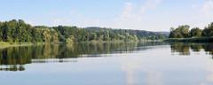 Westoder auf dem Weg nach Stettin; dichter Baumbestand bis ans Ufer der Oder.