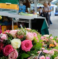 Marktstand  mit Blumen / Rosen auf dem Wochenmarkt in Hamburg Lurup.