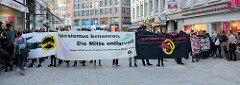 """Protestdemonstration gegen die rechtsgerichtete Kundgebung """"Merkel muss weg"""" """" in Hamburg. Transparent: Rassismus benennen. Die Mitte entlaven! Gegen Deutschland und seine besorgten Bürger_innen!"""