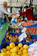 Marktstand mit frischem Obst auf dem Wochenmarkt Strassburger Platz in Hamburg Dulsberg.