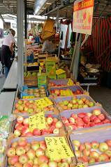 Wochenmarkt auf dem Eckhoffplatz im Hamburger Stadtteil Lurup - Stand mit Obst, frisch geerntete Äpfel in Kisten.