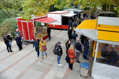 Blick auf den Wochenmarkt in der City Nord / Dakarweg in Hamburg Winterhude - Imbissstände zur Mittagszeit.