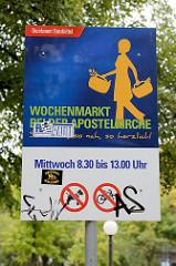 Hinweisschild vom Bezirksamt Eimsbüttel - Wochenmarkt bei der Apostelkirche im Hamburger Stadtteil Eimsbüttel.