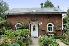 Denkmalgeschütztes historisches Backsteingebäude an der Borsteler Chaussee im Hamburger Stadtteil Groß Borstel; ehemaliges Armenhaus, erbaut 1881 - jetzt Nutzung als Wohnhaus.