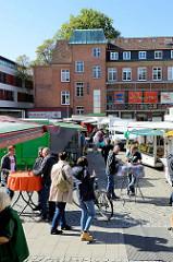 Markttreiben / Marktstände  auf dem Alsterdorfer Marktplatz im Hamburger Stadtteil Alsterdorf.