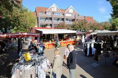 Marktplatz für den Wochenmarkt im Hamburger Stadtteil Eidelstedt - Marktstände mit Kleidung und Kartoffeln