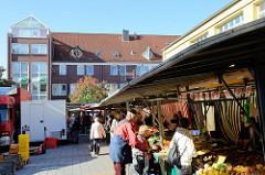 5920Wochenmarkt / Marktstände vor dem Bürgerhaus im Hamburger Stadtteil Eidelstedt.
