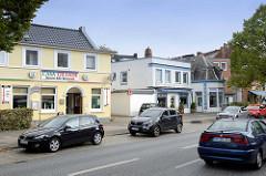 Wohnhäuser / Geschäftshäuser an der viel befahrenen Borsteler Chaussee im Hamburger Stadtteil Groß Borstel.