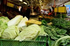 Marktstand auf dem Wochenmarkt  in Hamburg Sasel -  Stand mit Obst und Gemüse.