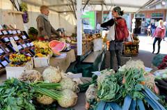 Marktstand auf dem Alsterdorfer Wochenmarkt / Alsterdorfer Markt.
