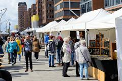 Marktstände auf dem Elbfest am Traditionsschiffhafen / Magellan Terrassen  in der Hamburger Hafencity.
