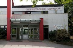 Eingang der Geschwister Scholl Schule in Hamburg Lurup, errichtet 1971 - Architekten Johannes Broek und  Jacob Berend. Die moderne Architektur ist ein Kulturdenkmal der Stadtteils und steht unter Denkmalschutz.