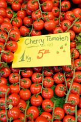 Cherry Tomaten liegen ausgebreitet an einem Gemüsestand  auf dem Wochenmarkt Tibarg im Hamburger Stadtteil Niendorf.