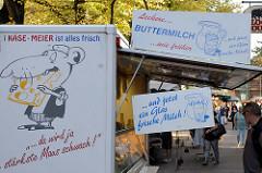 Käsestand mit Milch und Buttermilch auf dem Wochenmarkt in Hamburg Eidelstedt.